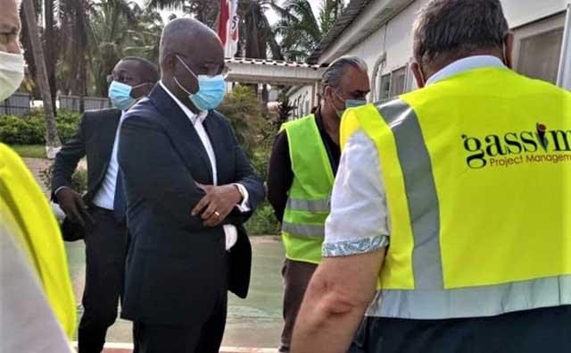 Monsieur le Ministre José Tonato visite la construction de l'hôtel Sofitel au Bénin